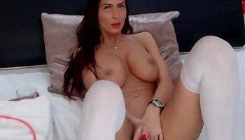 Brunette masturbiert mit roten Dildo und squirt